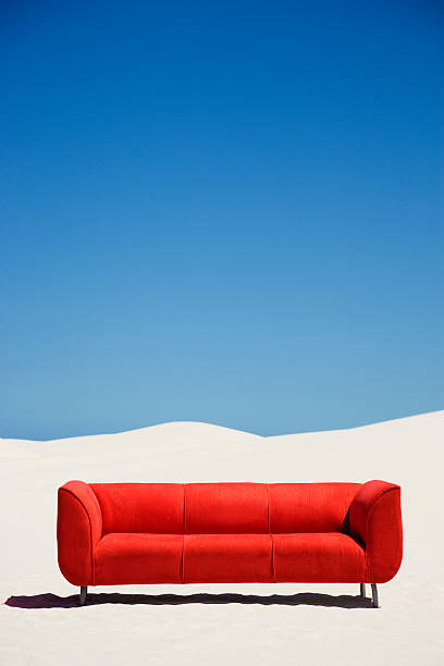 An empty couch alone in the middle of the desert:スマホ壁紙(壁紙.com)
