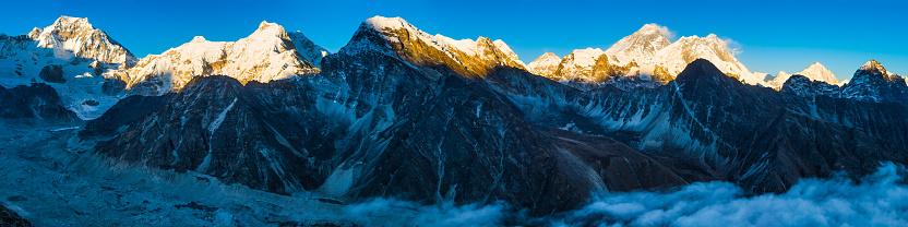 Khumbu「Mt Everest towering over sunlit Himalaya mountain peaks panorama Nepal」:スマホ壁紙(2)