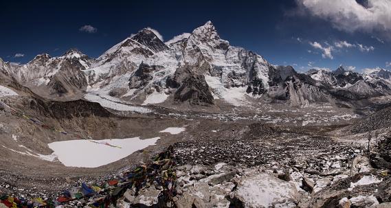 Khumbu Glacier「Mt Everest panorama from Kala Patthar with prayer flags in the foreground, Gorak Shep, Everest Base Camp Trek, Nepal」:スマホ壁紙(3)