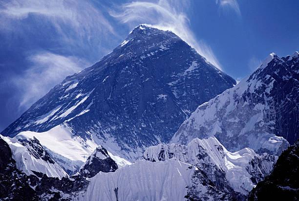 Mt Everest with clouds:スマホ壁紙(壁紙.com)
