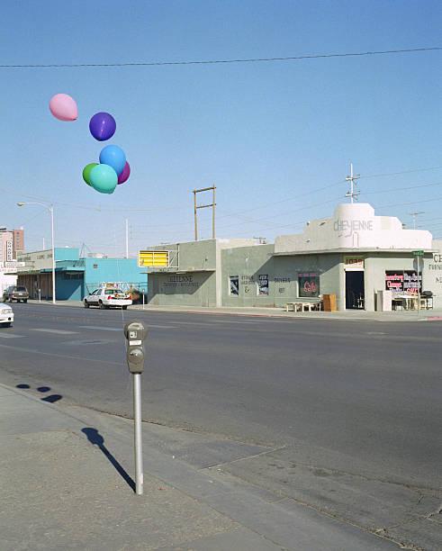 USA, Nevada, Las Vegas, balloons tied to parking meter:スマホ壁紙(壁紙.com)