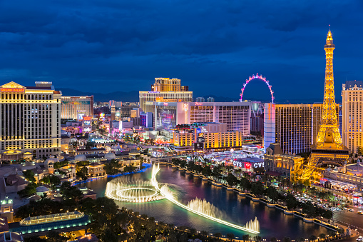 Avenue「USA, Nevada, Las Vegas, Strip, fountain, hotels and Eiffel Tower at blue hour」:スマホ壁紙(1)