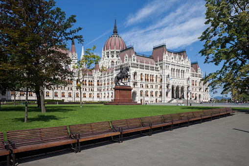 Hungary「Hungary, Budapest, Hungarian Parliament building, benches on Kossuth Lajos square」:スマホ壁紙(9)