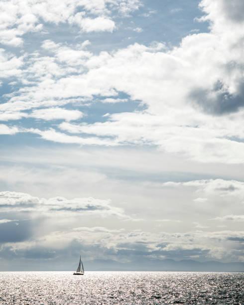 Sailboat sailing on sea, Vancouver, British Columbia, Canada:スマホ壁紙(壁紙.com)