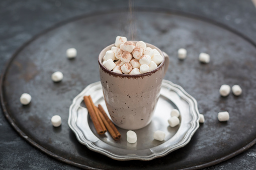 Hot Chocolate「Sprinkling cocoa powder on cup of Hot Chocolate with marshmellows」:スマホ壁紙(11)