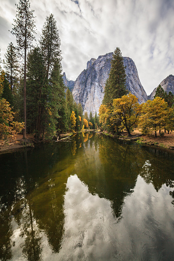 Mountain Ridge「Merced River in the Yosemite Valley. The scenic view at the Indian Summer」:スマホ壁紙(19)