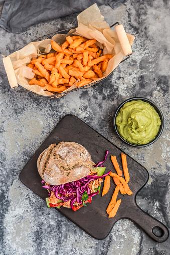 Veggie Burger「Pulled pork jackfruit burger, sweet potato fries and guacamole」:スマホ壁紙(15)