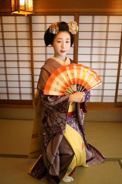茶室「Maiko and Geisha Play Teahouse Entertainment.」:写真・画像(0)[壁紙.com]