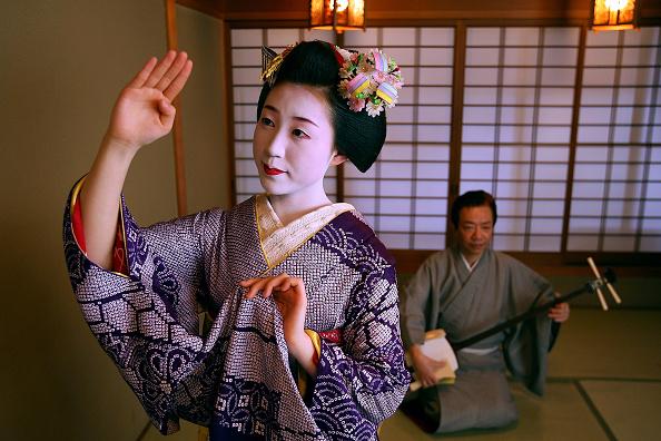 舞妓「Maiko And Geisha Play Teahouse Entertainments」:写真・画像(13)[壁紙.com]