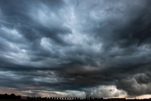 雨「ストーミークラウディスカイドラマチックな危険なダークグレイの雲模様」:スマホ壁紙(0)