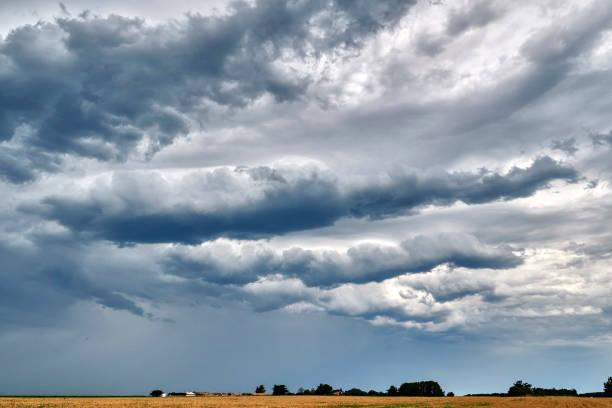 Stormy clouds on Ile de Re, France:スマホ壁紙(壁紙.com)