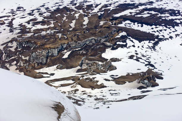 Ash fall and snow by crater, Grimsvotn volcanic eruption, Iceland:スマホ壁紙(壁紙.com)