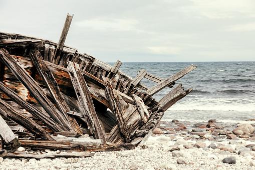 Baltic Sea「Wreck of an old wooden ship」:スマホ壁紙(12)