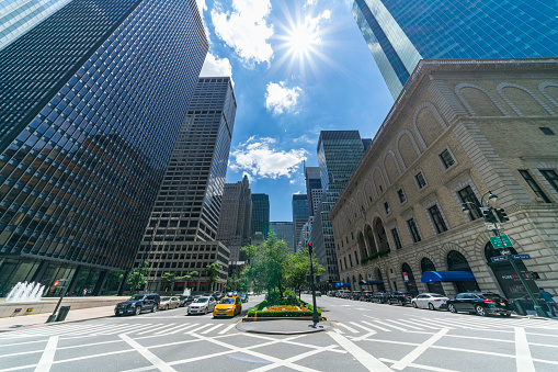 Park Avenue「Clouds move over the Park Avenue skyscrapers and the sun illuminates the buildings and traffics at Midtown Manhattan NY USA on July. 16 2017.」:スマホ壁紙(4)