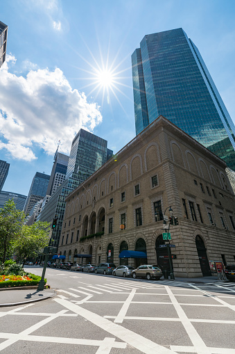 Park Avenue「Clouds move over the Park Avenue skyscrapers and the sun illuminates the buildings and traffics at Midtown Manhattan NY USA on July. 16 2017.」:スマホ壁紙(13)