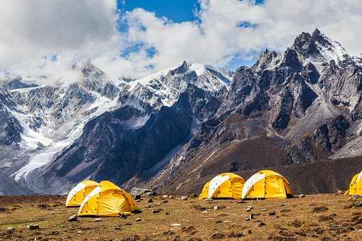 Himalayas「camping site in valley under snow mountains」:スマホ壁紙(17)