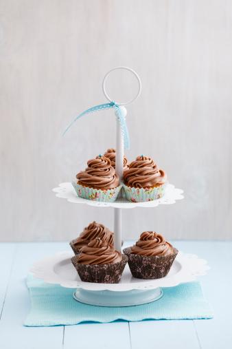 チョコレート「Cupcakes topped with chocolate buttercream on cake stand, close up」:スマホ壁紙(18)