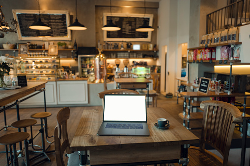 Portability「Laptop with blank screen in coffee shop」:スマホ壁紙(2)