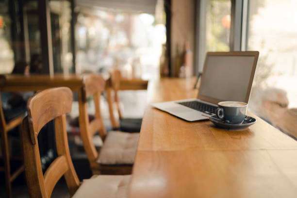 Laptop with blank screen in coffee shop:スマホ壁紙(壁紙.com)