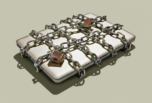 Security「Laptop with chains and padlocks.」:スマホ壁紙(7)