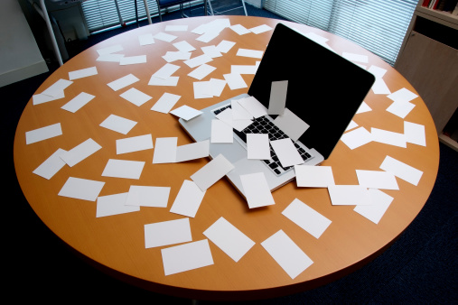 豊富「ノートパソコンに佇む空白の名刺のオフィスデスク」:スマホ壁紙(2)