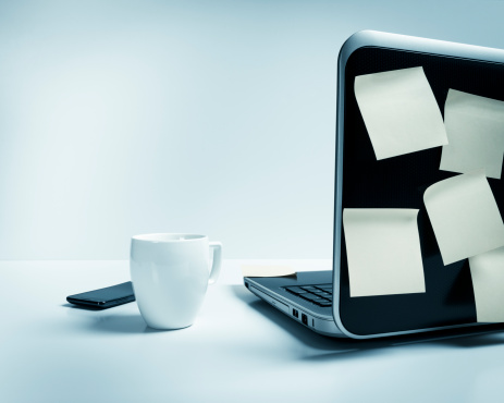 Coffee Break「Laptop with mug, smart phone, post-it urgent notes on desk」:スマホ壁紙(12)