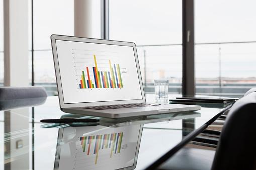 Data「Laptop with bar chart on office desk」:スマホ壁紙(12)