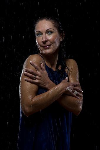女性モデル「Beautiful woman in blue dress stands in rain at night - Studio, South Africa」:スマホ壁紙(13)