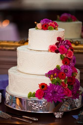 結婚「美しい白のウェディングケーキテーブルセンターや豪華なフラワーアレンジメント」:スマホ壁紙(7)