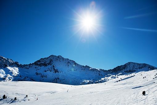 雪山「冬の美しい山々、明るい晴れた日」:スマホ壁紙(12)