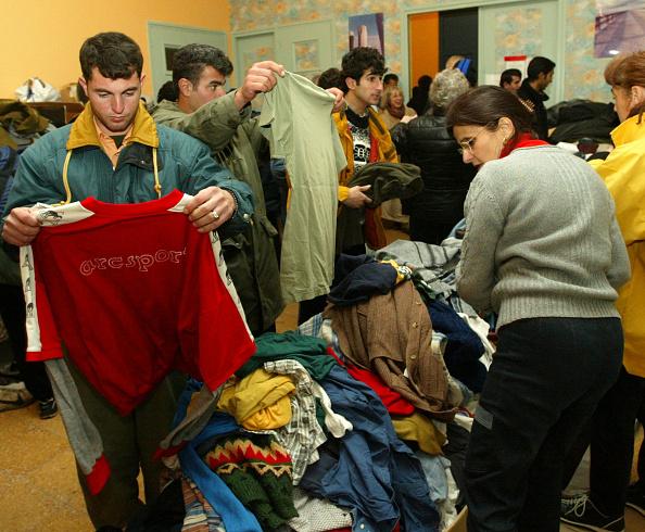 Sangatte「Refugees Receive Aid From Sangatte Refugee Camp」:写真・画像(1)[壁紙.com]