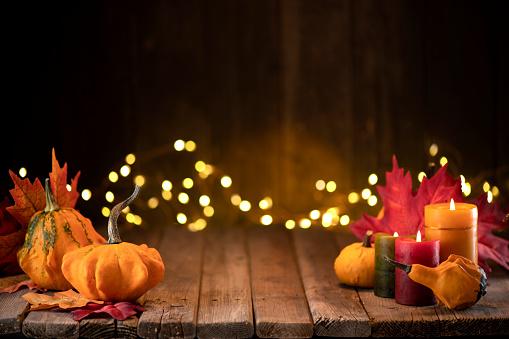 かえでの葉「照らされた背景と素朴な木製のテーブルにカボチャとグリーティングカードと感謝祭の装飾」:スマホ壁紙(5)