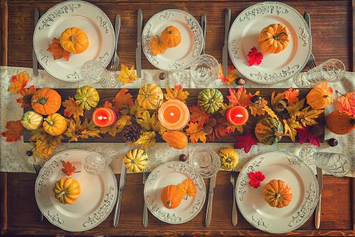 秋「秋の装飾と感謝祭ダイニング テーブルの場所の設定」:スマホ壁紙(13)