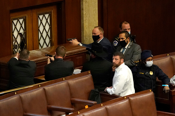 Gun「Congress Holds Joint Session To Ratify 2020 Presidential Election」:写真・画像(1)[壁紙.com]