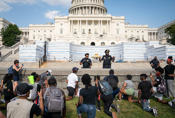 Minnesota「Protesters Demonstrate In D.C. Against Death Of George Floyd By Police Officer In Minneapolis」:写真・画像(2)[壁紙.com]