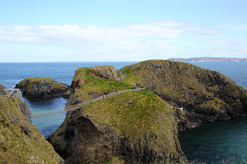 Unrecognizable Person「Carrick-a-Rede Rope Bridge & islands, Antrim coast, Ireland.」:スマホ壁紙(13)
