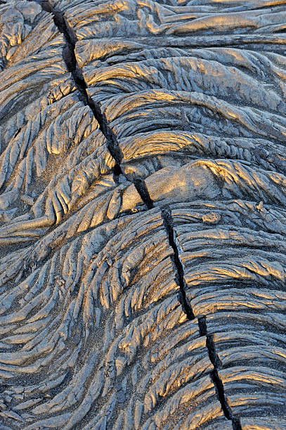 Crack in a  cooled pahoehoe lava flow:スマホ壁紙(壁紙.com)