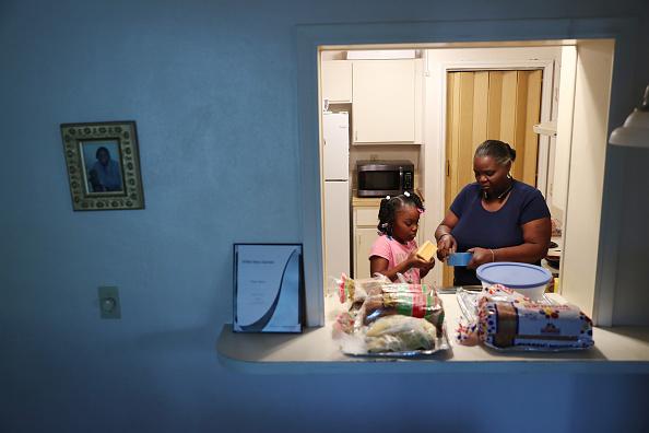 Family「Unemployment Claims Soar As Coronavirus Wreaks Havoc On Economy」:写真・画像(14)[壁紙.com]
