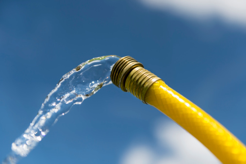Hose「Water coming out of yellow hose」:スマホ壁紙(9)