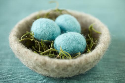 ふわふわ「グレイのフェルトボウル、パウダーブルーのイースター卵」:スマホ壁紙(15)