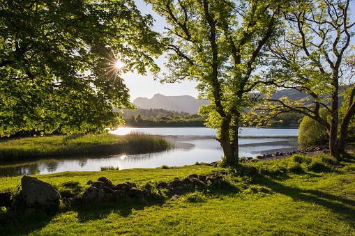 キラキラ「Elter Water and the Langdale Pikes, Elterwater, Lake District National Park, Cumbria, England, UK」:スマホ壁紙(12)