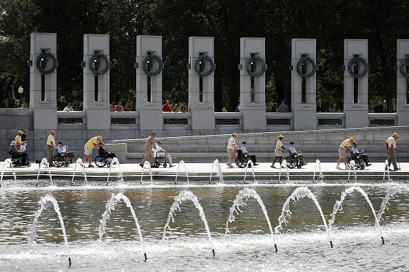 Surrendering「V-J Day Commemorated At World War II Memorial In Washington DC」:写真・画像(17)[壁紙.com]