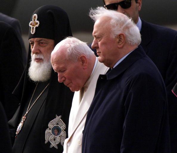Wojtek Laski「Pope John Paul II Center Georgian President Eduard Shevardnadze Right And Georgian Patriarch Ili」:写真・画像(1)[壁紙.com]