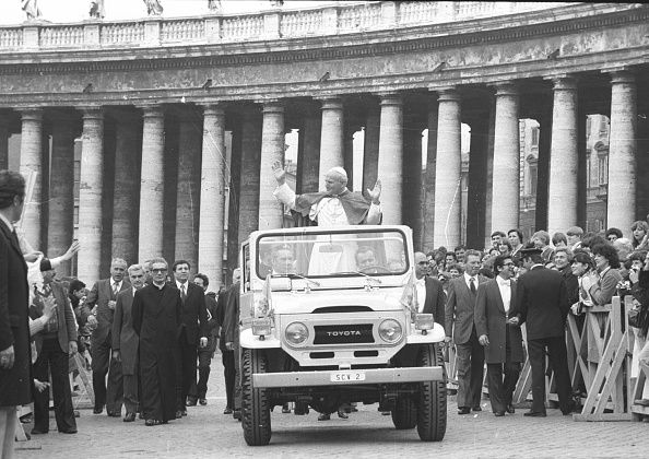 Religious Icon「Pope John Paul II greets people at the Vatican City in 1979」:写真・画像(0)[壁紙.com]
