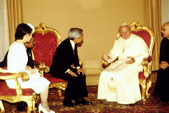 Japanese Royalty「John Paul II Meets Emperor Of Japan」:写真・画像(15)[壁紙.com]
