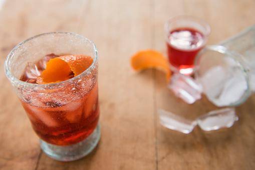 逸楽「Cocktail in glass on wooden table」:スマホ壁紙(1)