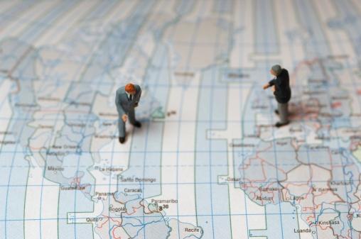 小さな像「Two male figurines standing over map, elevated view」:スマホ壁紙(16)