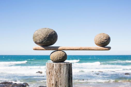 Oversized「Rocks balancing as scale on wooden plank」:スマホ壁紙(12)