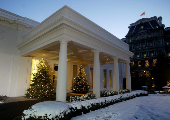Glowing「Christmas Trees Glow At West Wing Entrance Of White House」:写真・画像(13)[壁紙.com]