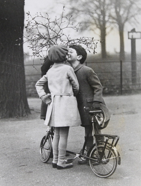 Tradition「Christmas Traditions. Two Kids Are Kissing Under The Mistletoe In London'S Hyde Park. The Branch Holds A Third Child Onto The Two Children. London. About 1930. Photograph.」:写真・画像(6)[壁紙.com]